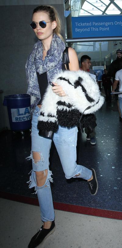 Бехати Принслу в голубых рваных джинсах, черном топе и серый шарф