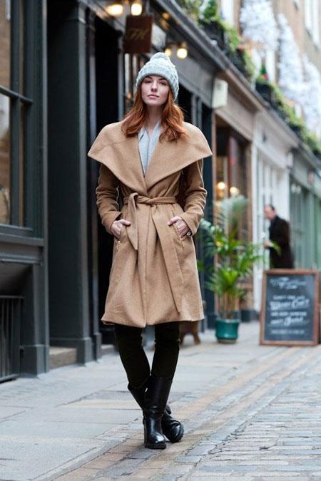 Девушка в пальто с широким воротником