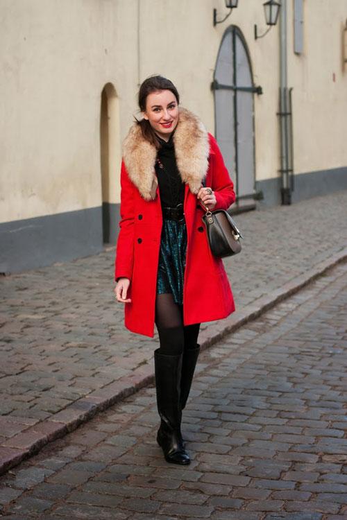 Девшука в красном пальто с рыжим воротником