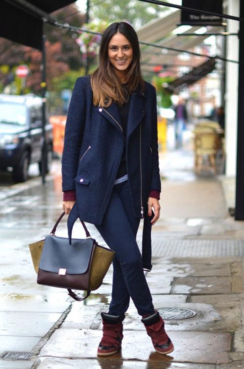 Девшука в темно-синем пальто