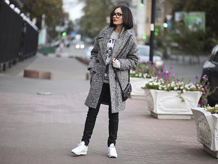 Девушка в белых кроссовках