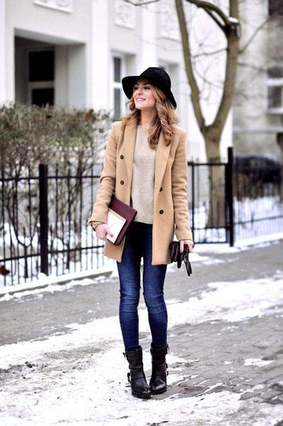 Девушка в бежевом пальто и шляпке черного цвета