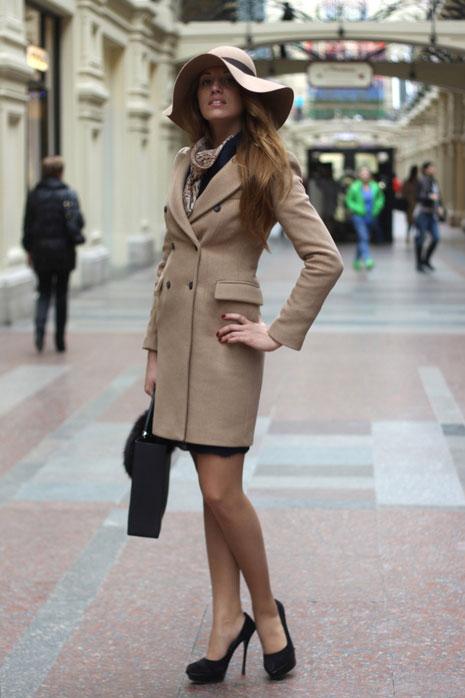 Девушка в бежевом пальто и шляпке