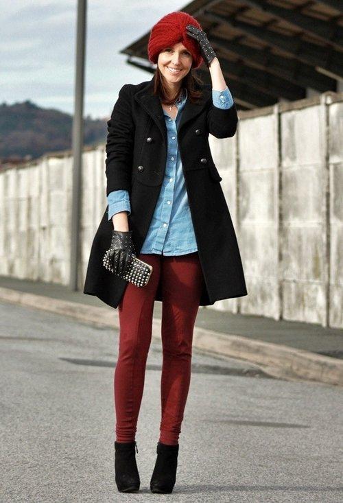 Девушка в бордовых брюках