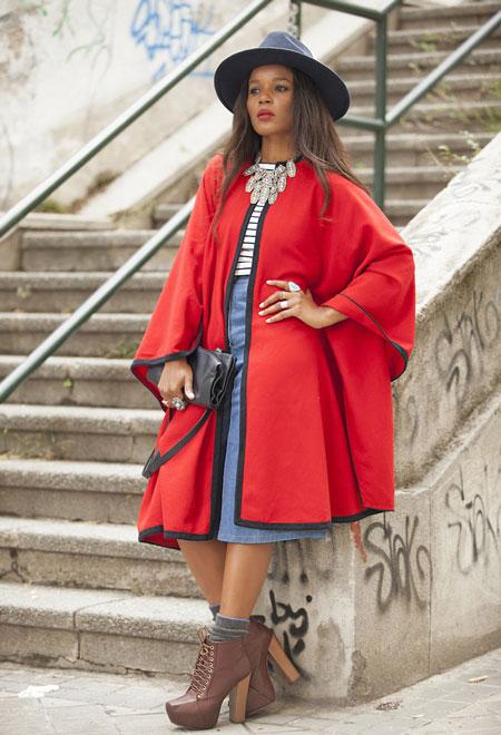 Девушка в красном пальто и шляпке