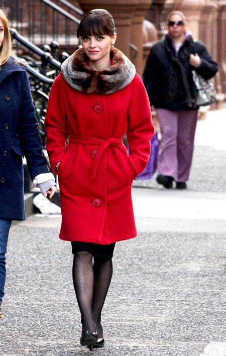 Девушка в красном пальто с воротником