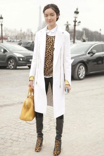 Девушка в леопардовом джемпере