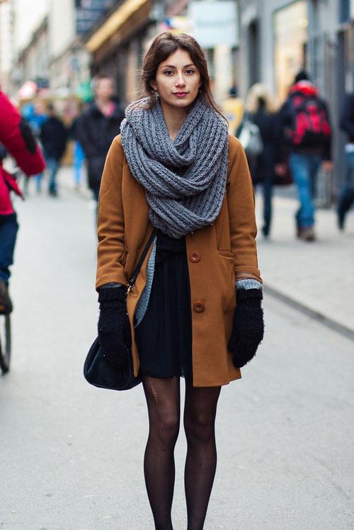 Девушка в объемном шарфе