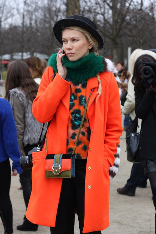 Девушка в очень ярком пальто