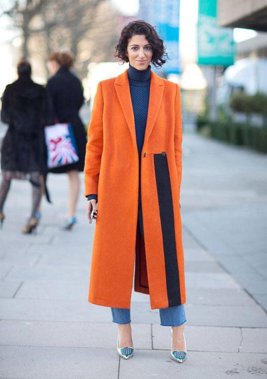 Девушка в оранжевом пальто