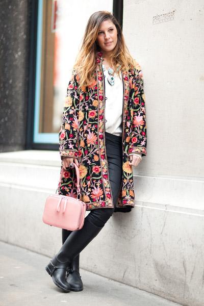 Девушка в пальто с рыжими цветами