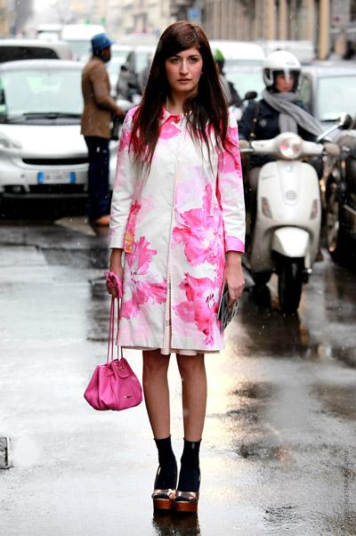 Девушка в пальто в розовых цветах