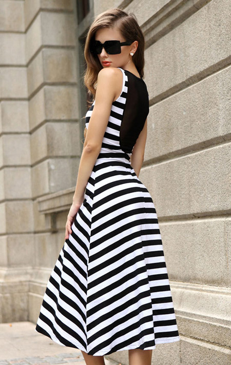Девушка в платье с открытой спиной