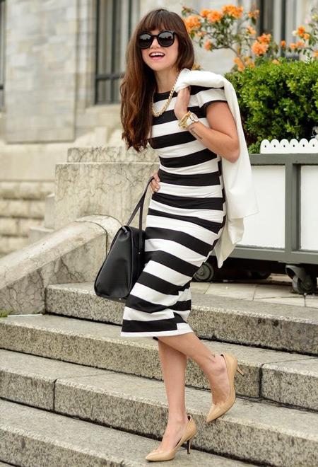 Девушка в полосатом платье и бежевых туфлях