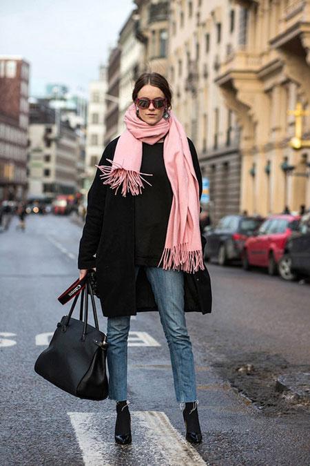 Девушка в розовом шарфе