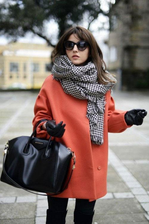 Девушка в рыжем пальто и сером шарфе