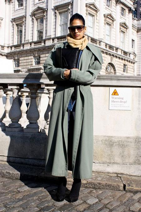 Девушка в сером длинном пальто