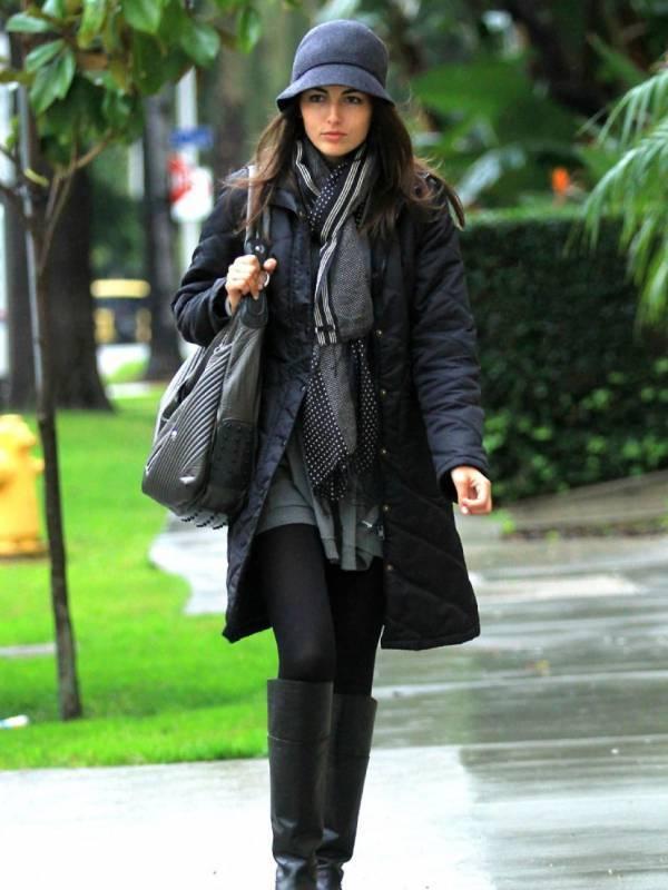 Девушка в сером пальто и серой шляпке