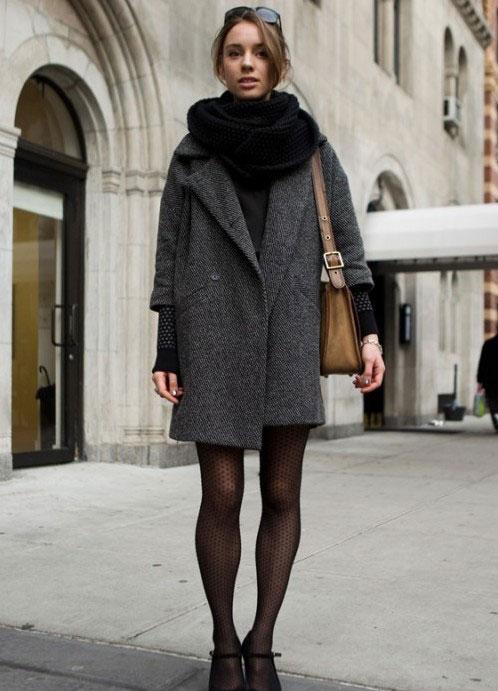 Девушка в сером пальто оверсайз