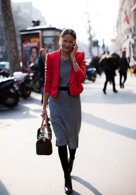 Девушка в сером платье и красном жакете