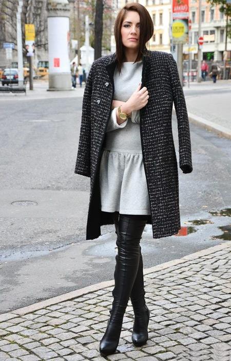 Девушка в пальто и сером платье