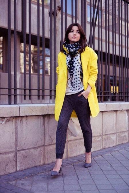 Девушка в светло-желтом пальто