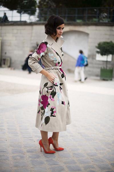 Мирослава Дума в светлом пальто в цветах