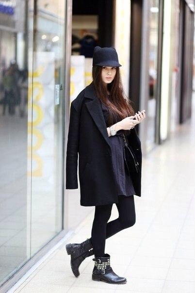 Девушка в свободном пальто