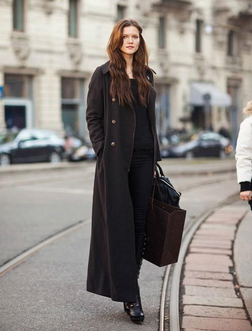 Девушка в темно-коричневом пальто