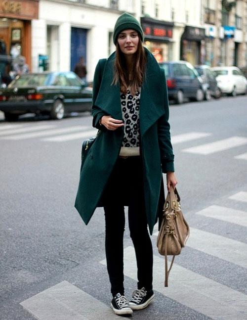 Девушка в темно-зеленом пальто и шапке