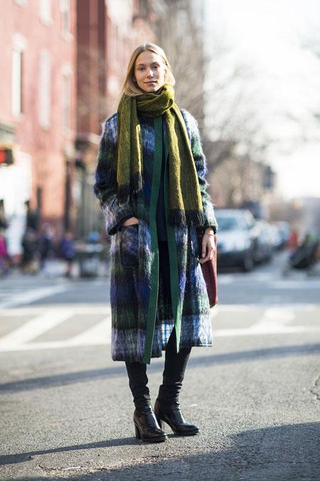 Девушка в темно-зеленом пальто