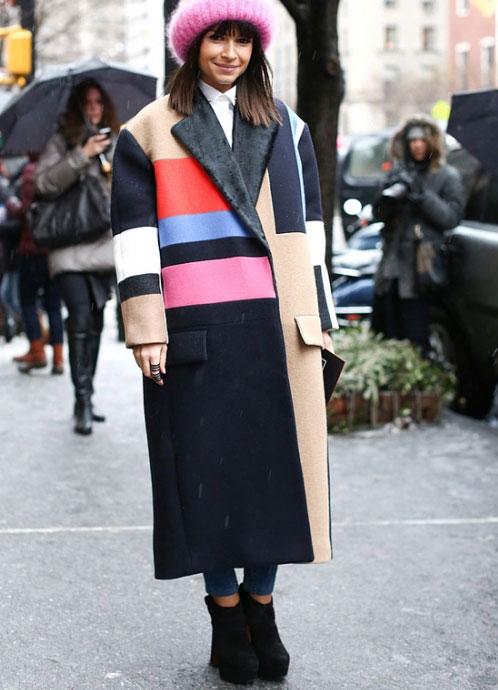 Девушка в цветном пальто