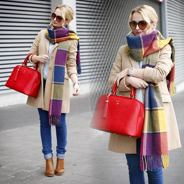 Девушка в цветном шарфе