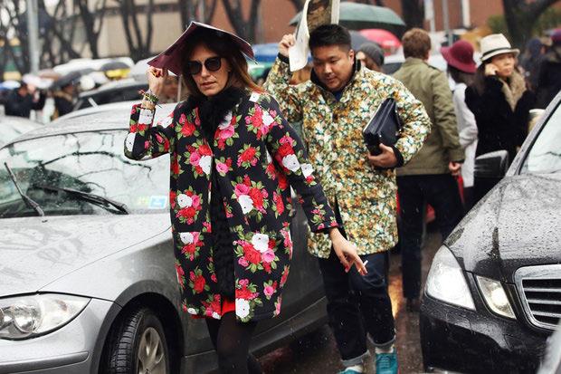 Девушка в ярком пальто с принтом