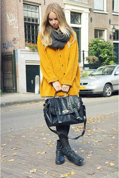 Девушка в желтом пальто и с шарфом