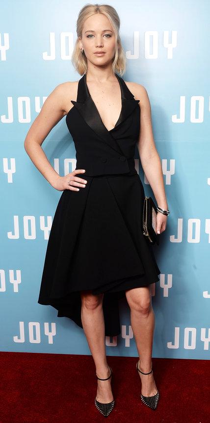 Дженнифер Лоуренс в черном ассиметричном платье