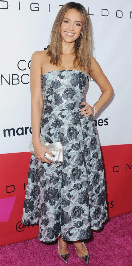 Джессика Альба в длинном платье без брителек в цветочек