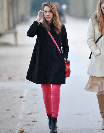 Джессика Альба в розовых брюках