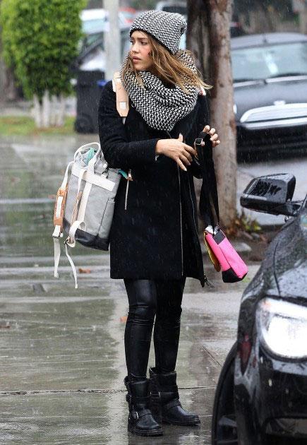 Джессика Альба в сером шарфе