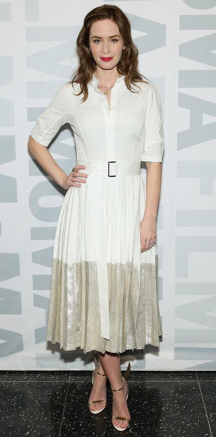 Эмили Блант в белой рубашке и плиссированной юбке