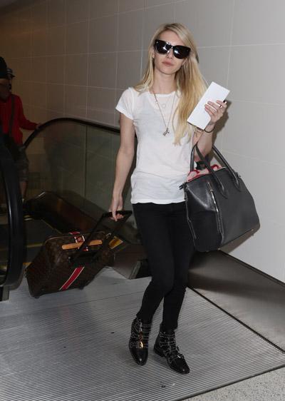 Эмма Робертс в узких черных брюках, белая футболка, черные ботинки и объемная сумка
