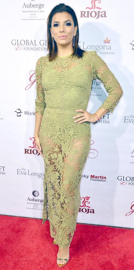 Ева Лонгория в зеленом просвечивающимся платье и босоножках