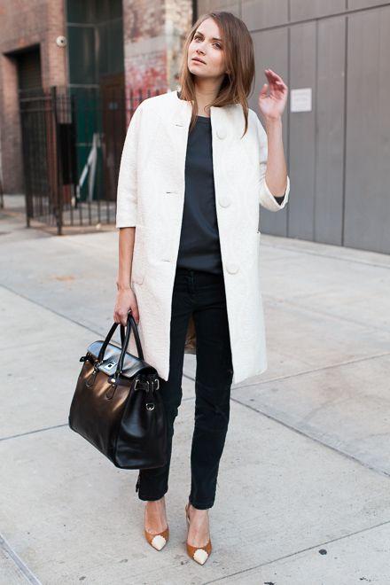 Девушка в белом пальто
