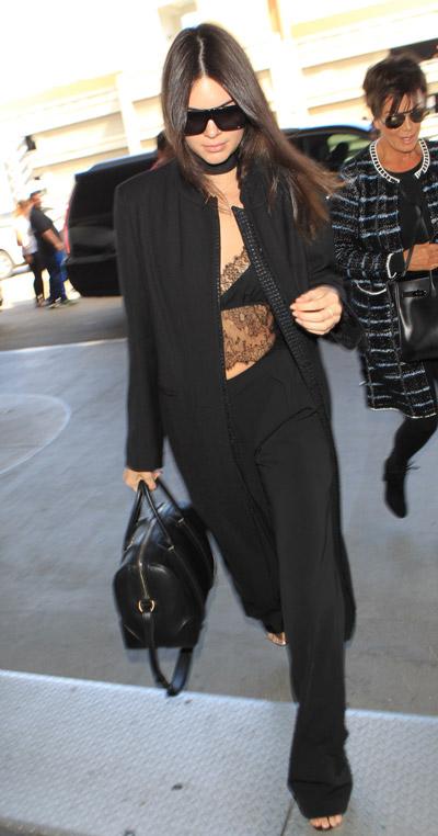Кендалл Дженнер в черном брючном костюме с удлиненным пиджаком и прозрачной блузе