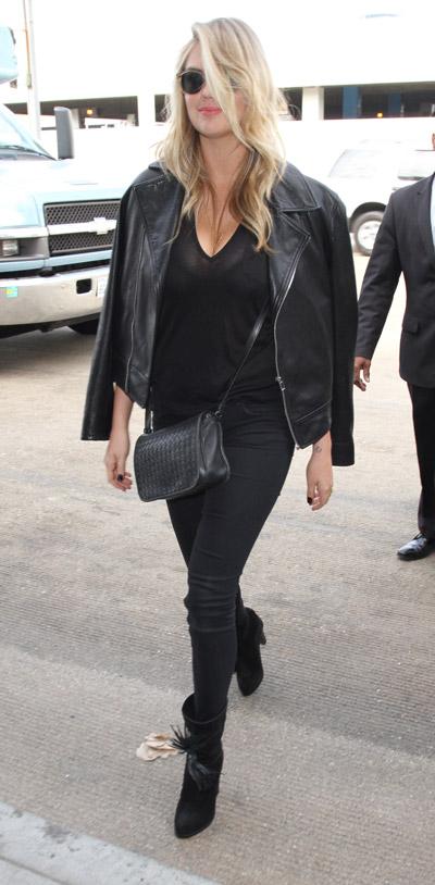 Кейт Аптон в черных брюках, футболка, куртка-косуха и сапоги