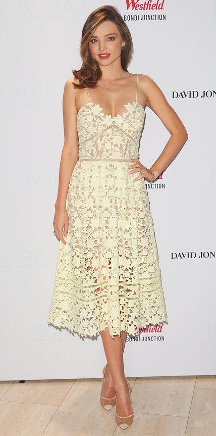Миранда Керр в белом платье с узорами