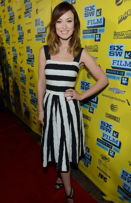 Оливиа Уайлд в полосатом платье