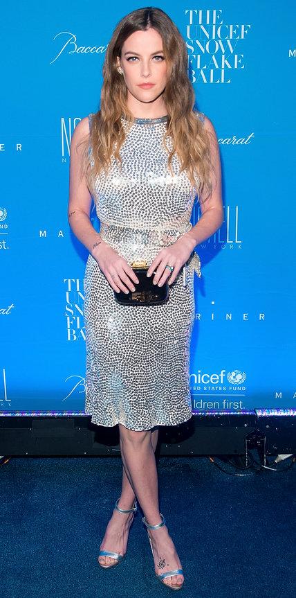 Райли Кио в блестящем платье и серебристых босоножках