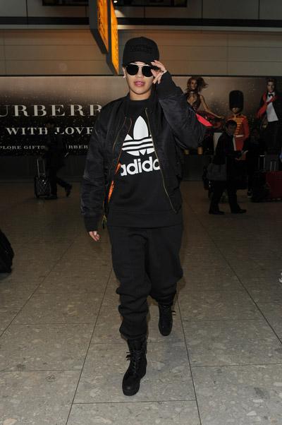 Рита Ора в черном спортивном костюме адидас, ботинки на шнуровке и куртка