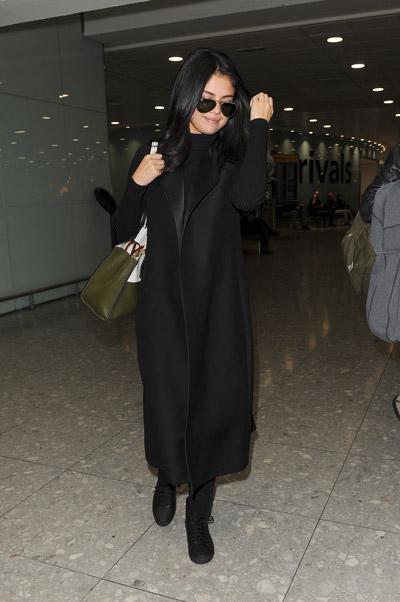 Селена Гомес в длинном черном пальто